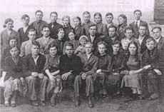 После окончания 9 класса школа им. Ворошилова. Первый справа во 2 ряду - Виктор Третьякевич, первый справа (стоит) - молодогвардеец Ю.Виценовский. г.Краснодон, 1941 г.