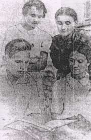 Виктор Третьякевич с соученицами. Снимок из газеты -Социалистическая родина- г. Краснодон, 1940 г.