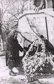 Анна Иосифовна у памятника на братской могиле молодогвардейцев. г. Краснодон, 1964 г.